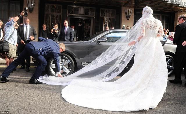 Ngay lập tức, một vị khách mời trong đám cưới đã nhanh chóng cứu nguy cho cô dâu tỷ phú.
