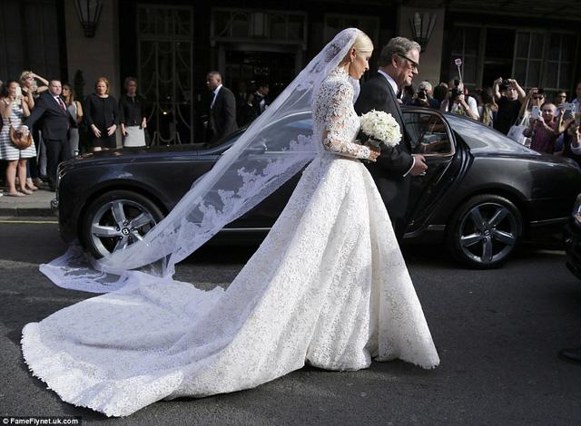 Tuy nhiên, một sự cố hy hữu đã xảy ra trong hôn lễ của Nicky Hilton khi tấm voan đội đầu của cô bất ngờ bị mắc kẹt vào bánh một chiếc xe Bentley đỗ trên đường.