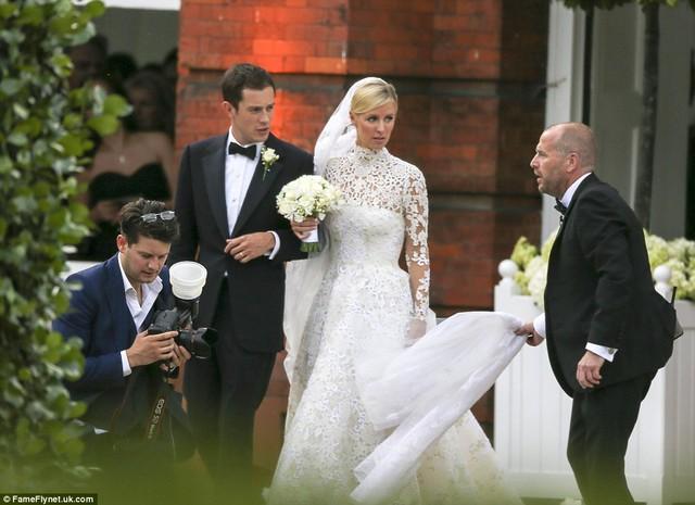 Hôm 10/7, Nicky Hilton, em gái cô nàng tai tiếng Paris Hilton và đồng thời là cháu gái của ông chủ chuỗi khách sạn Hilton, đã tổ chức hôn lễ với người thừa kế gia tộc Rothschild danh giá - James Rothschild.
