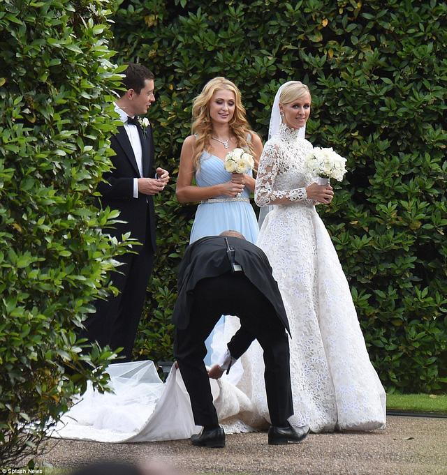 Cô dâu Nicky Hilton bên cạnh chị gái mình - Paris Hilton.
