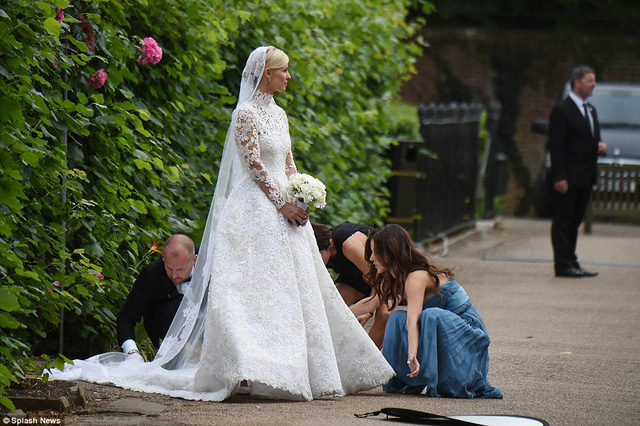 Lễ cưới của cặp đôi diễn ra trong khung cảnh đẹp như tranh vẽ tại cung điện Kensington với sự góp mặt của nhiều nhân vật quyền lực trong giới kinh doanh cũng như chính trị.