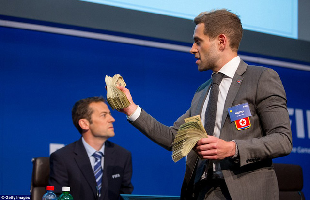 Diễn viên hài người Anh được biết đến với cái tên Lee Nelson đã cướp diễn đàn và ném một nắm USD về phía ông Sepp Blatter.