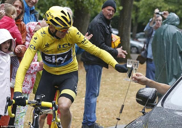 Chris Froome ăn mừng chiến thắng trước khi về đích tại chặng đua cuối cùng của Tour de France 2015