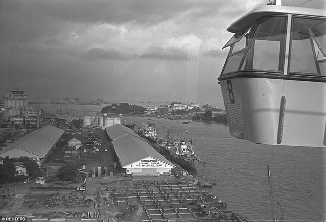 Góc nhìn về cảng Singapore từ hệ thống cáp treo Sentosa. Ảnh chụp tháng 2/1974.