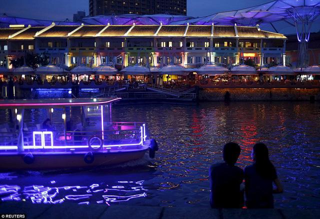 Clarke Quay năm 2015 là một trong những địa điểm du lịch rất thu hút du khách của Singapore.