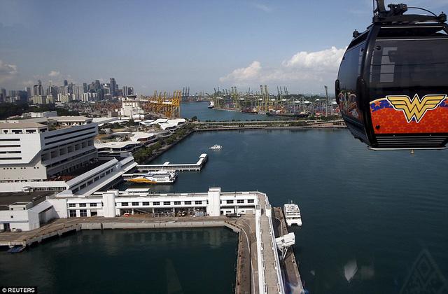 Ngày nay, cảng Singapore là một trong hai cảng hàng hoá bận rộn nhất thế giới.