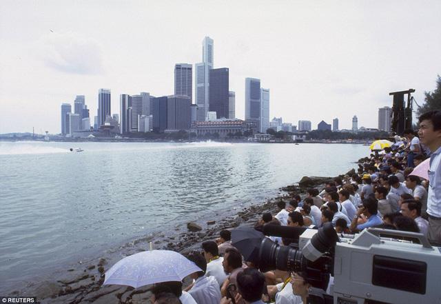 Ký giả tập trung đưa tin về giải đua thuyền trên vịnh Marina, tháng 11/1986.
