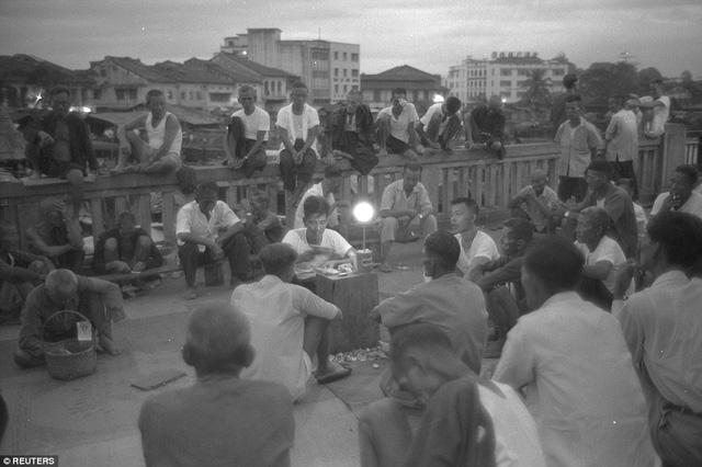 Người lao động tụ tập giải lao trên Red Bridge, cạnh sông Singapore năm 1960, 5 năm trước khi Singapore độc lập.