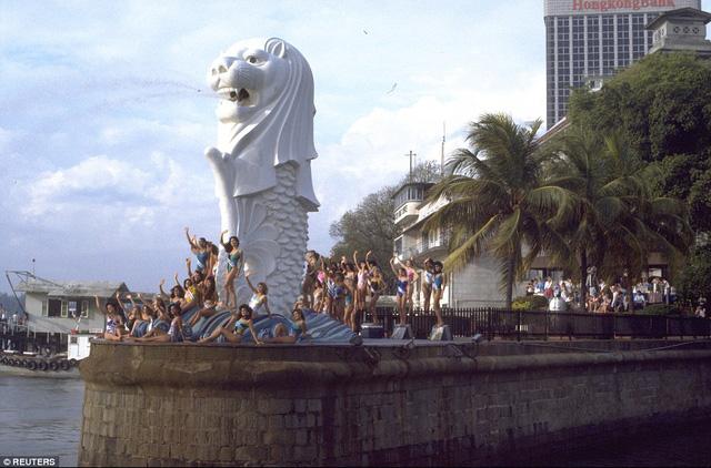 Các thí sinh dự thi Hoa hậu Hoàn vũ 1987, chụp ảnh lưu niệm bên cạnh bức tượng Hải sư (Merlion), biểu tượng của Singapore.