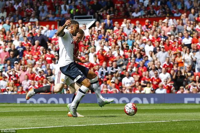 Man Utd có chiến thắng may mắn ở vòng đấu đầu tiên nhờ pha đá phản lưới nhà của Kyle Walker bên phía Tottenham Hotspur