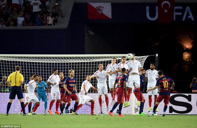 Messi ghi 2 bàn thắng từ các pha đá phạt