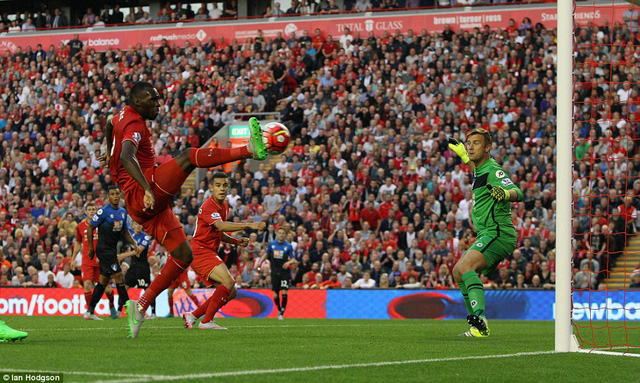Tân binh Christian Benteke ghi bàn thắng duy nhất cho Liverpool ở phút 26