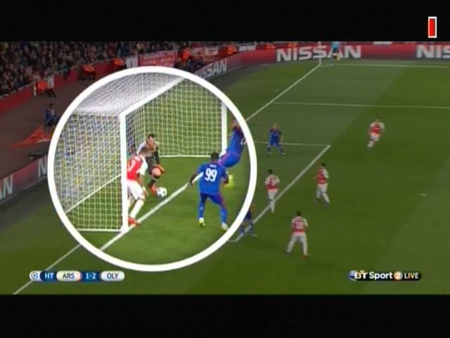 Pha xử lý không tốt của thủ thành Ospina khiến Arsenal phải nhận bàn thua thứ 2.
