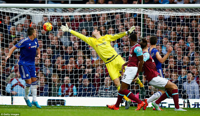 Cú đánh đầu của Caroll đã ấn định kết quả thắng 2-1 của chủ nhà West Ham trước Chelsea