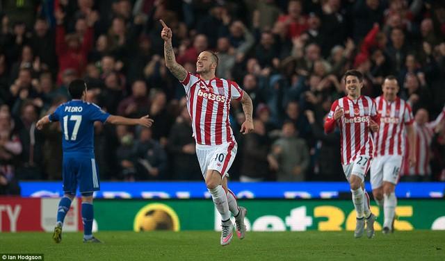 Arnautovic kết thúc pha lên bóng đẹp mắt của Stoke bằng cú móc bóng kỹ thuật