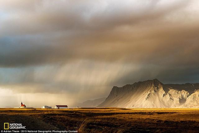 Bức ảnh Let there be light của tác giả Adrian Theze đến từ Iceland.