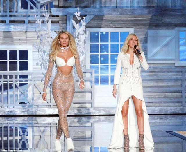 Candice nổi bật trên sân khấu trong bộ cánh màu trắng tuyệt đẹp (trái).