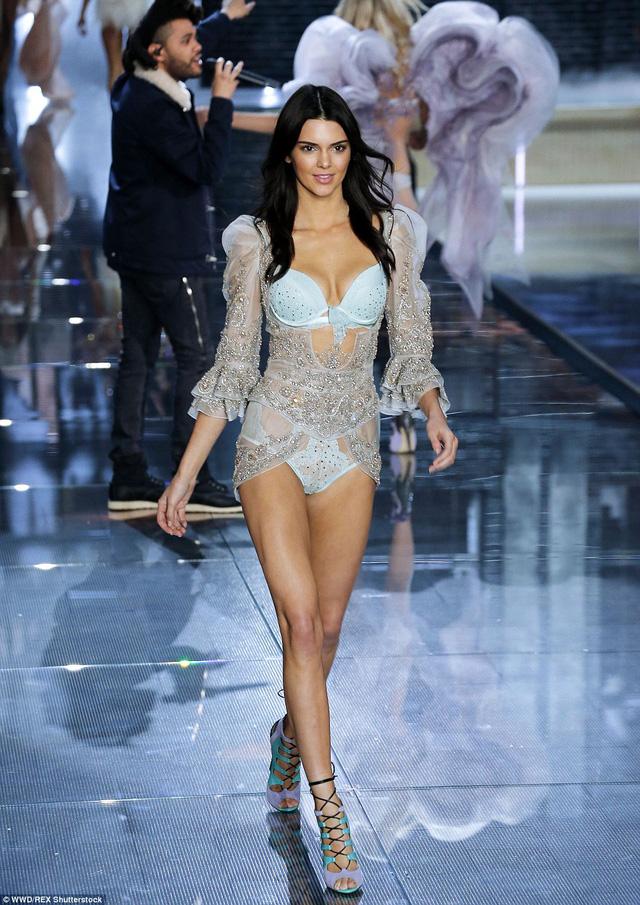 Người bạn thân của Gigi Hadid - Kendall Jenner - cũng lần đầu có cơ hội trình diễn tại sàn diễn nội y đình đám này.