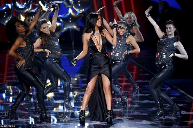 Selena Gomez trình diễn trên sân khấu trong bộ váy màu đen với những đường xẻ sâu táo bạo.