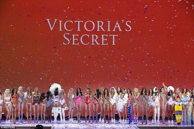 Victorias Secret Fashion Show 2015 đã kết thúc cách đây ít phút. Buổi lễ đã diễn ra hoành tráng với sự quy tụ của 44 người mẫu xinh đẹp, quyến rũ cùng rất nhiều khách mời nổi tiếng.