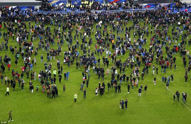 Người hâm mộ hoảng loạn tràn xuống sân sau trận đấu