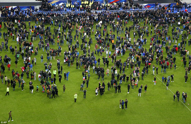Khán giả tràn qua đường pitch vào sân sau khi nghe hai vụ nổ bên ngoài SVĐ State de France