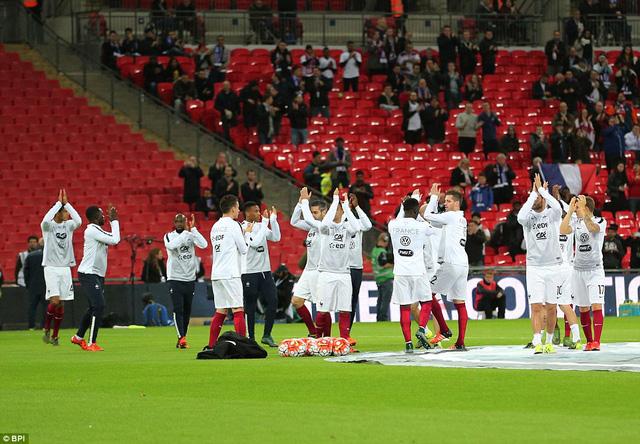 Ngay khi bước ra sân khởi động, các cầu thủ Pháp đã nhận được tràng pháo tay cổ vũ nhiệt tình từ CĐV chủ nhà. Trước trận đấu này, đã không có cầu thủ Pháp nào rút lui khỏi ĐT, kể cả Lassana Diarra - cầu thủ có người chị họ thiệt mạng trong vụ khủng bố vừa qua