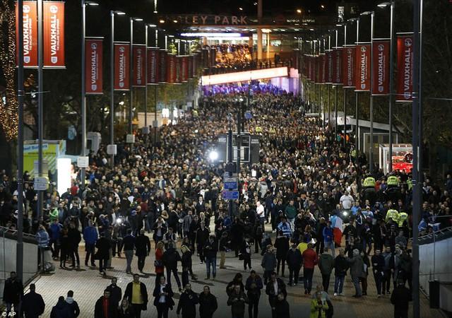 Dòng người nô nức hướng về sân Wembley để tham dự trận đấu tưởng niệm các nạn nhân của vụ khủng bố tại Paris ngày 13/11