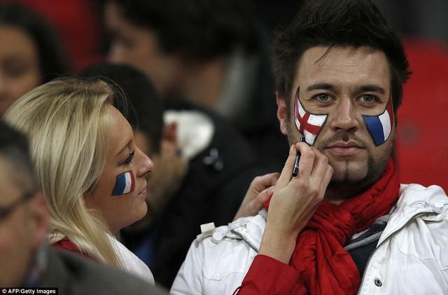 Một cặp CĐV người Anh vẽ lên má 2 lá quốc kỳ Anh - Pháp để thể hiện tình đoàn kết