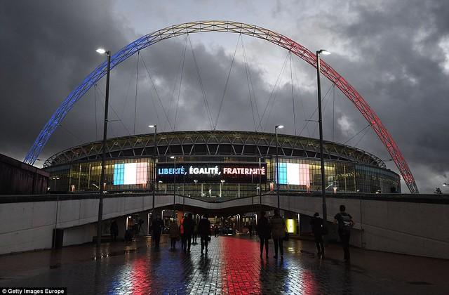 Sân Wembley được trang hoàng với màu cờ Pháp cùng câu khẩu hiệu: Tự do - Bình đẳng - Bác ái