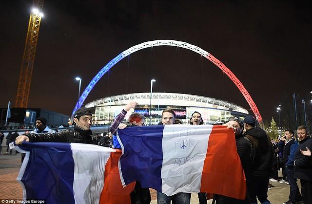 Không ít khán giả Anh mang theo lá cờ Pháp kèm dòng chữ: Cầu nguyện cho Paris