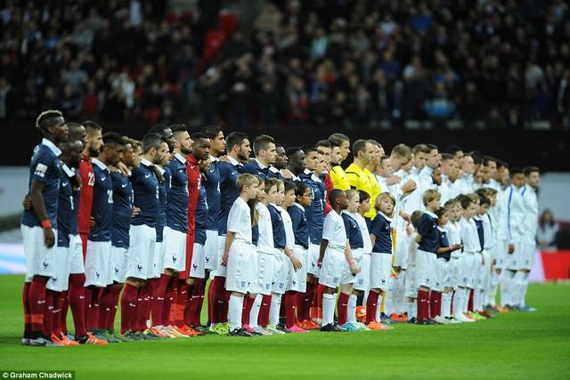 Cầu thủ hai bên khoác vai nhau hát quốc ca