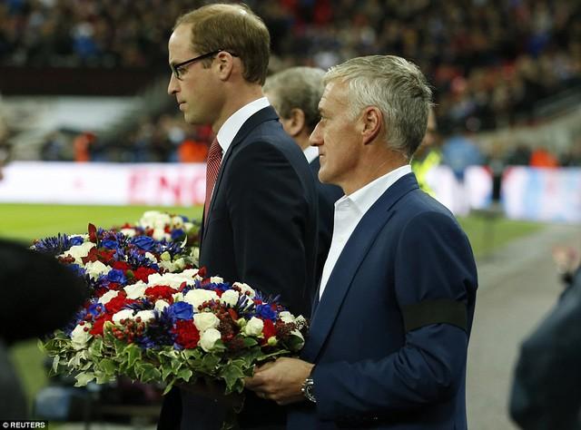 Hoàng tử Wiliam và HLV Deschamps mang hoa tưởng niệm ra sân