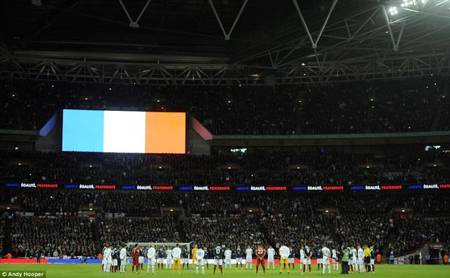 Cầu thủ hai đội đứng vòng tròn để dành 1 phút mặc niệm cho các nạn nhân xấu số của vụ khủng bố Paris