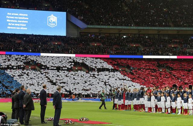 Lá cờ Pháp khổng lồ mà người Anh dành tặng cho Pháp nhân lễ tưởng niệm