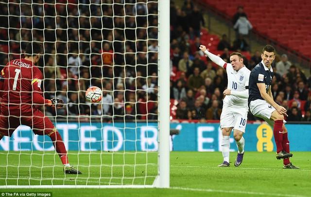 Rooney dứt điểm một chạm hiểm hóc,đánh bại thủ thành Lloris ở cự ly gần