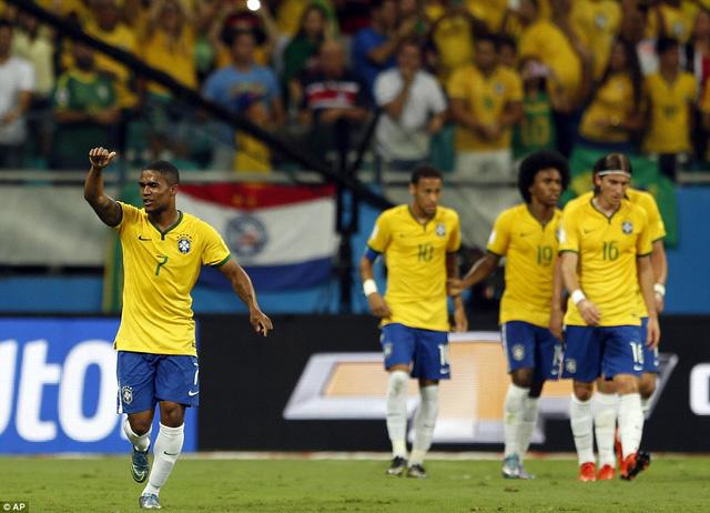 Douglas Costa là ngôi sao sáng nhất trong chiến thắng của Brazil
