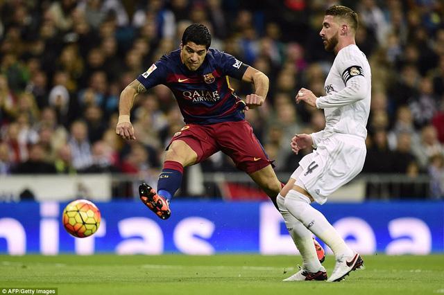 Điều gì phải đến cũng đã đến. Nhận bóng từ Sergio Roberto, Luis Suarez dứt điểm điệu nghệ mở tỷ số cho đội bóng xứ Catalan