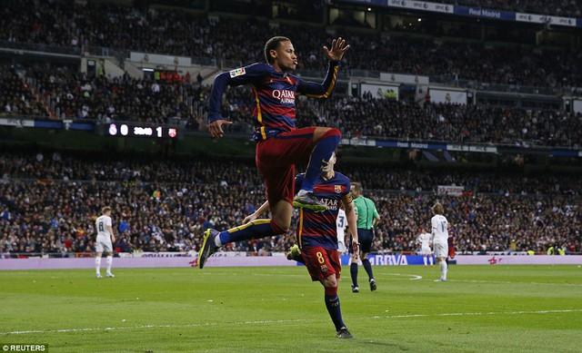 Cuối hiệp 1, đến lượt Neymar ghi bàn trong một tình huống nhạy cảm, nhân đôi cách biệt