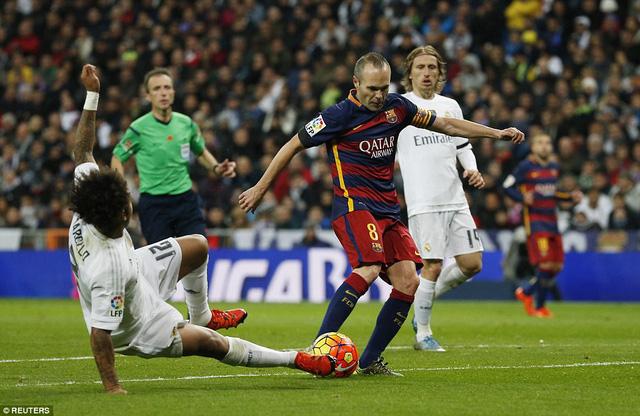 Đầu hiệp 2, từ cú đánh gót của Neymar, Iniesta dứt điểm hiểm hóc, nâng tỷ số lên 3-0