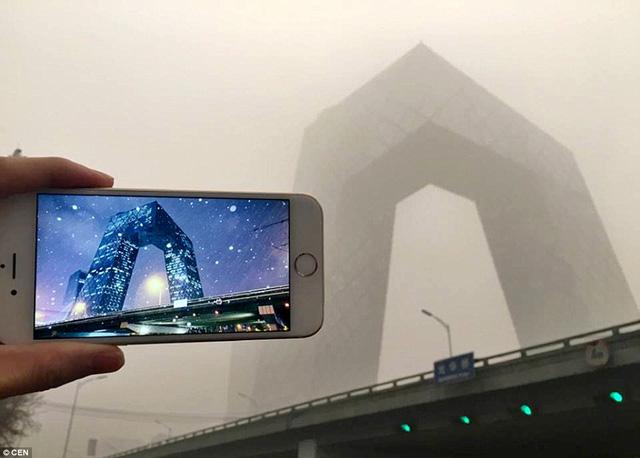 """Tòa tháp Truyền hình Trung ương, còn được gọi là """"tòa nhà hình chiếc quần dài"""", chìm trong khói bụi"""