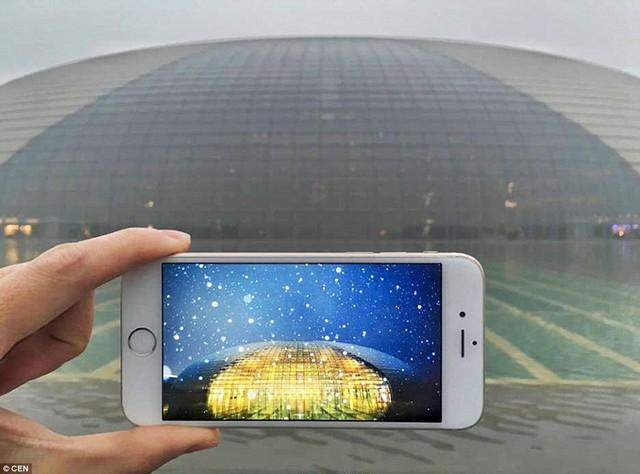 """Nhà hát lớn quốc gia nổi tiếng của Trung Quốc, còn được gọi là """"ốc đảo pha lê"""", mờ mịt trong khói bụi"""