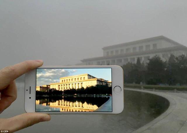 Một tòa nhà tại Bắc Kinh đã mất hoàn toàn màu sắc vốn có bởi khói bụi