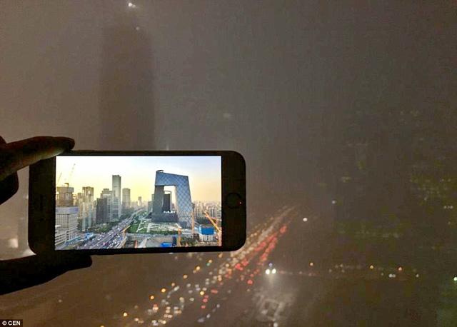Quang cảnh xung quanh tháp Truyền hình Trung ương vào buổi tối