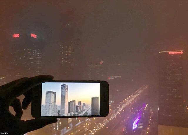 """Tòa nhà chọc trời nằm trong khu vực trung tâm thương mại của Bắc Kinh đã hoàn toàn """"biến mất"""" trong sương khói"""