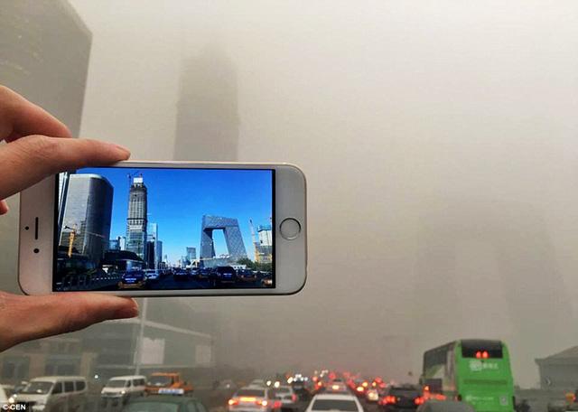 Một góc chụp khác của tháp Truyền hình Trung ương với tầm nhìn bị che khuất hoàn toàn bởi khói bụi