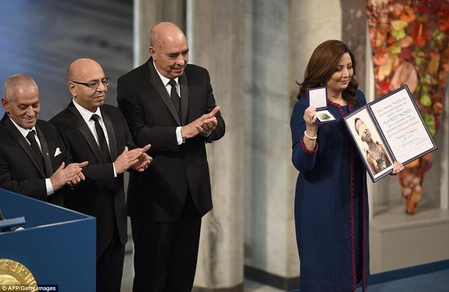 Đại diện nhóm Bộ Tứ Đối ngoại Quốc gia Tunisia lên nhận giải.