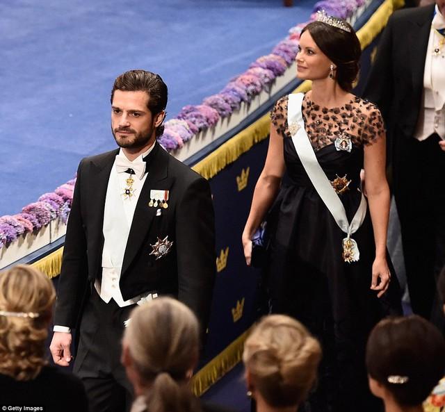 Hoàng tử Carl Philip và vợ ton sur ton trong trang phục màu đen sang trọng.