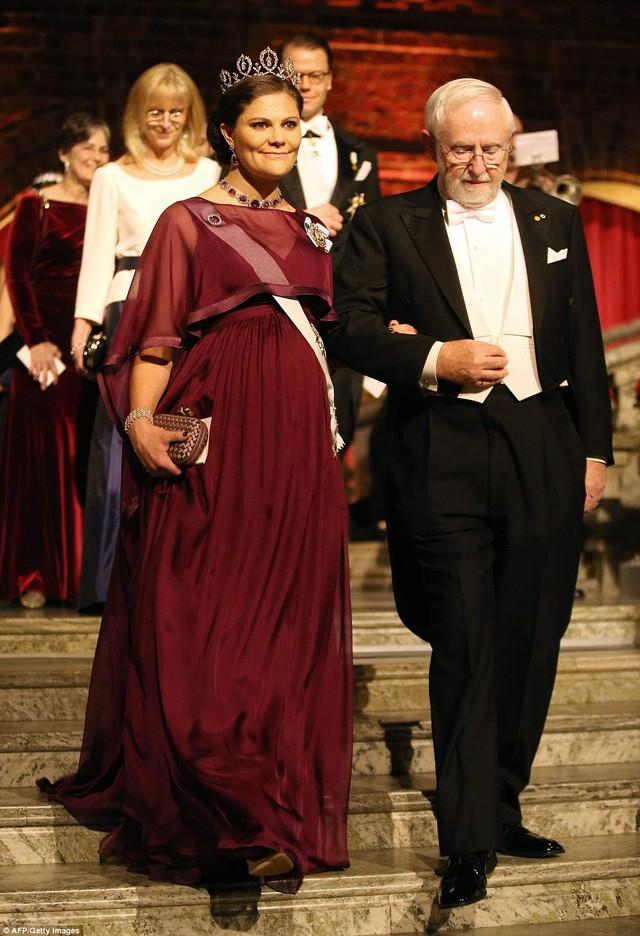 Buổi lễ có sự góp mặt của Hoàng gia Thụy Điển. Trong ảnh là công chúa Victoria và nhà khoa học Arthur B McDonald - người giành giải Nobel hóa học năm 2015.