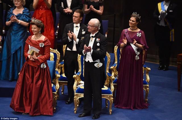 Hoàng gia Thụy Điển giành tặng những tràng pháo tay cho chủ nhân của những giải thưởng Nobel.